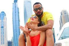 愉快的夫妇在迪拜享受蜜月 库存图片