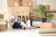 愉快的夫妇在他们新的家 免版税库存照片