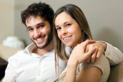 愉快的夫妇在他们的房子里 免版税库存照片