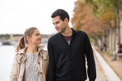年轻愉快的夫妇在巴黎 库存照片
