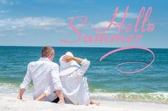 ?? 愉快的夫妇坐热带海滩 图库摄影