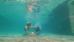 愉快的夫妇妇女和人下潜的慢动作水下的射击在游泳场的 他们跳舞在水下 0健康 股票视频