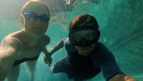 愉快的夫妇妇女和人下潜的慢动作水下的射击在游泳场的 健康生活方式,活跃人民 影视素材
