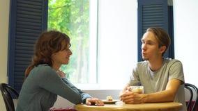 愉快的夫妇开会议在咖啡馆 影视素材