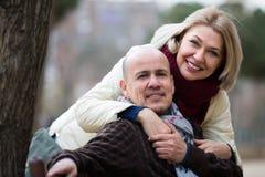 愉快的夫妇成熟户外 免版税库存图片
