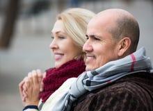愉快的夫妇成熟户外 免版税图库摄影