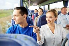 愉快的夫妇或乘客在旅行公共汽车上 库存图片