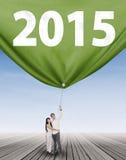 愉快的夫妇扯拽的第2015年 免版税库存照片