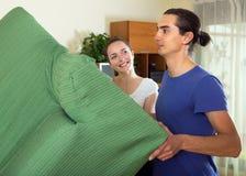 愉快的夫妇拆迁家具 免版税图库摄影