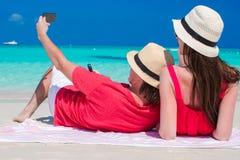 愉快的夫妇拍照片的在热带海滩 免版税库存图片