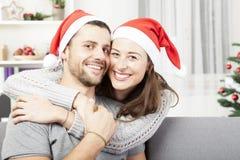 年轻愉快的夫妇拥抱和爱圣诞节 免版税库存图片