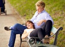 愉快的夫妇接合在公园 免版税库存图片