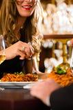 愉快的夫妇有一个浪漫日期在餐馆 免版税库存照片