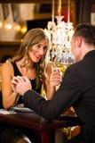 愉快的夫妇有一个浪漫日期在餐馆 库存照片