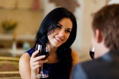 年轻愉快的夫妇浪漫日期饮料玻璃  库存照片