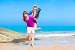 愉快的夫妇的图片在太阳镜的在海滩 免版税库存照片
