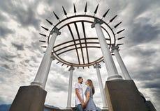 愉快的夫妇约会在公园 库存照片