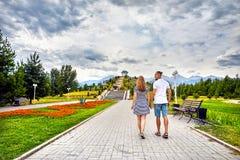 愉快的夫妇约会在公园 免版税库存图片