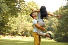 愉快的夫妇获得一个乐趣在夏天公园 免版税图库摄影