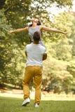 愉快的夫妇获得一个乐趣在夏天公园 库存照片