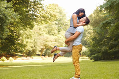 愉快的夫妇获得一个乐趣在夏天公园 免版税库存照片