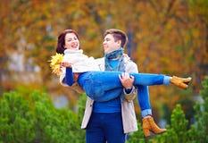 愉快的夫妇获得乐趣在秋天公园 库存图片