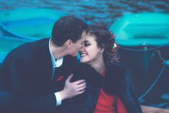 愉快的夫妇蓝色被定调子的画象  免版税库存图片