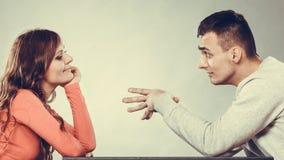 愉快的夫妇谈话在日期 交谈 免版税库存图片