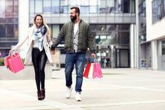 愉快的夫妇购物在城市 免版税库存图片