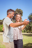 愉快的夫妇跳舞在公园 免版税库存图片