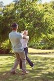 愉快的夫妇跳舞在公园 图库摄影