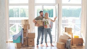 愉快的夫妇运载的纸板箱到新的家里在移动的天 股票视频