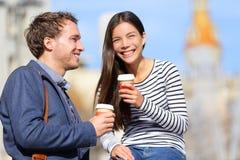 愉快的夫妇饮用的咖啡谈话 免版税图库摄影