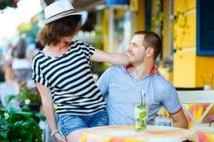 愉快的夫妇饮用的柠檬水或mojito在  免版税图库摄影