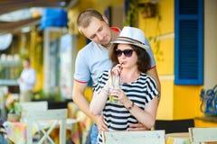 愉快的夫妇饮用的柠檬水或mojito在  免版税库存图片