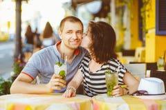 愉快的夫妇饮用的柠檬水或mojito在  免版税库存照片