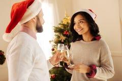愉快的夫妇饮用的香槟在除夕 免版税库存图片