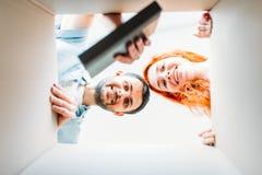 愉快的夫妇,从纸盒箱子里边的看法 免版税库存照片