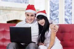 愉快的夫妇购买在网上在家 免版税图库摄影