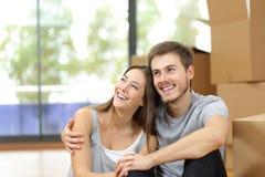 愉快的夫妇移动的家庭计划 免版税库存图片