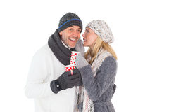 愉快的夫妇以拿着杯子的冬天时尚 库存照片