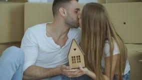 愉快的夫妇画象在新的家 小年轻微笑的家庭对负wodden房子和调查照相机 股票视频
