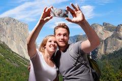愉快的夫妇selfie在优胜美地 免版税库存照片