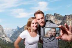 愉快的夫妇selfie在优胜美地 免版税库存图片