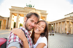 愉快的夫妇selfie,勃兰登堡门,柏林 免版税库存图片