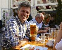 愉快的奥地利饮用的啤酒 免版税库存图片
