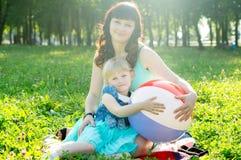 愉快的女儿她母亲使用 免版税库存照片