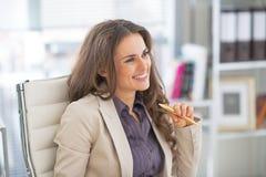 愉快的女商人画象在办公室 免版税库存照片