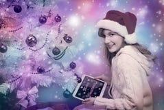 愉快的女孩不可思议的彩色照片有片剂个人计算机的 图库摄影