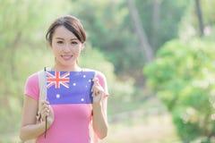 愉快的女孩举行澳大利亚人旗子 免版税库存图片